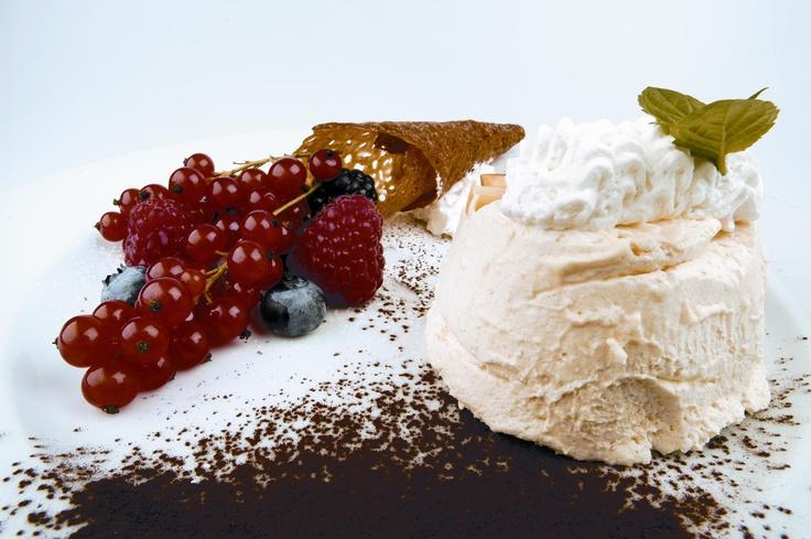 Semifreddo con panna e cacao accompagnato da piccoli frutti Sant'Orsola