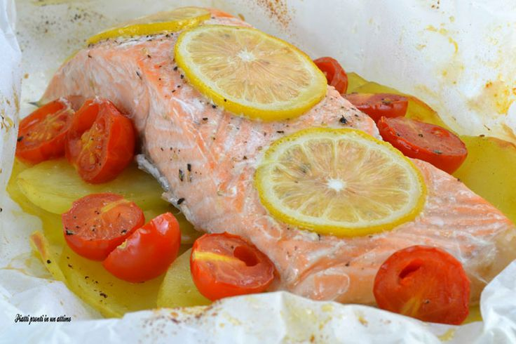 Il salmone al cartoccio è un secondo piatto estremamente gustoso e saporito, ideale da portare in tavola in ogni occasione.
