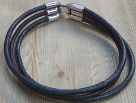 Leren armband bruin met zwart. € 9,95  Armband gemaakt van 3 mm DQ leer in zwart en bruin en sluit d.m.v. een stoere metalen clipsluiting.  Een andere kleurcombinatie kan ook,bv helemaal zwart of bruin.  De standaarmaat van onze heren armbanden is 22 cm. De armband kan op elke gewenste lengte gemaakt worden.