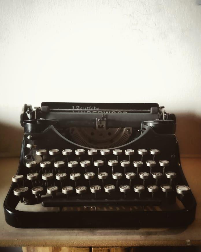 «…Por eso en el dorso de una bolsa de papel marrón Intentó escribir otro poe…