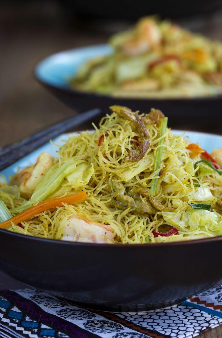Fideos de arroz fritos con curry estilo Thai (เส้นหมี่ผัดผงกะหรี่).  #fideos…