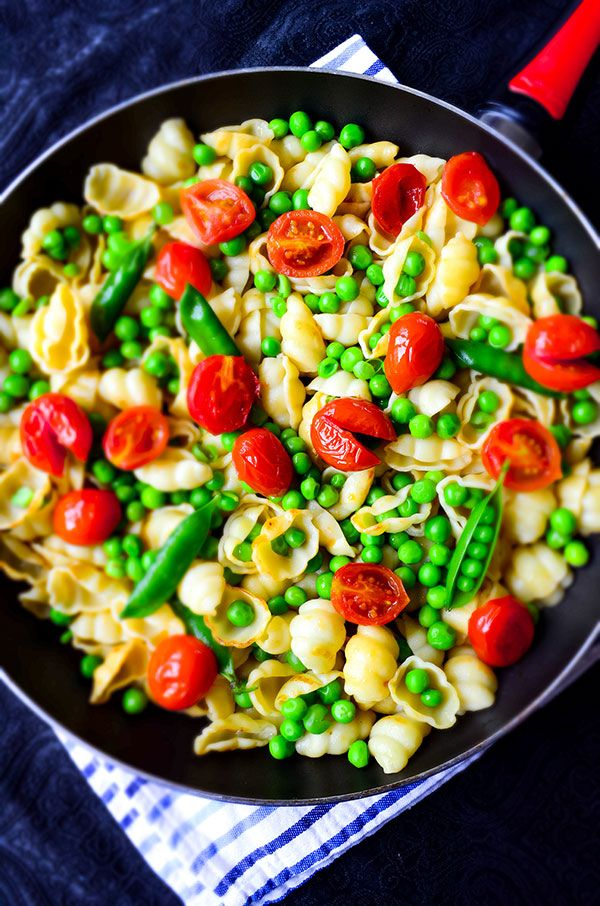 Healthy and tasty summer pasta with cherry tomatoes and fresh peas. Serve it warm or cold as a pasta salad