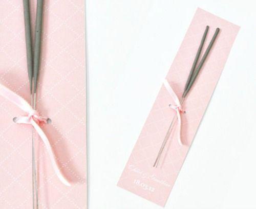 Cadeau d'invité original et pas cher -les bâtons d'étincelles- Source : http://www.monkeychoo.com/category/diy/