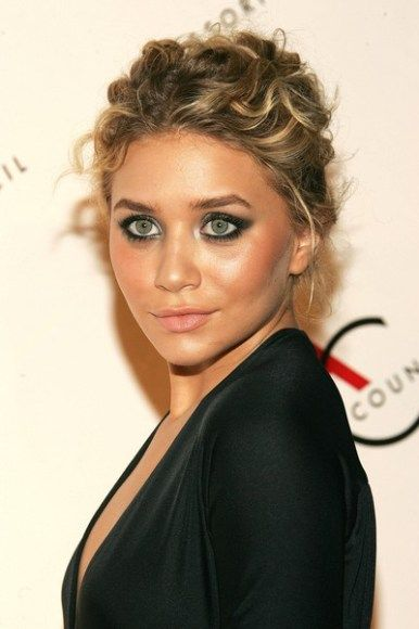 Not sure whether this is Ashley or Mary Kate Olsen, doesn't really matter. Her green eyes pop with this eyeliner slightly winged out, skin glowing, and messy updo.