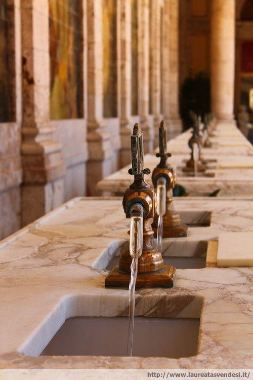 """I rubinetti dello stabilimento Tettuccio da cui esce l'acqua calda per """"fare la cura"""" a Montecatini Terme, in Toscana"""