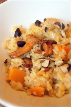 Risotto d'automne (potimarron, girolles et noisettes)risotto potimarron girolles 500 de de riz arborio 1 potimarron 1 oignon 10 cl de vin blanc 75 g de parmesan 1.5 de bouillon 100/200 g de girolles 1 poignée de noisette sel poivre