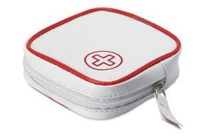 Kit de primeros auxilios  que incluye un par de tijeras, 1 esparadrapo, 1 juego de toallitas, 3 vendas y 3 impermeables.