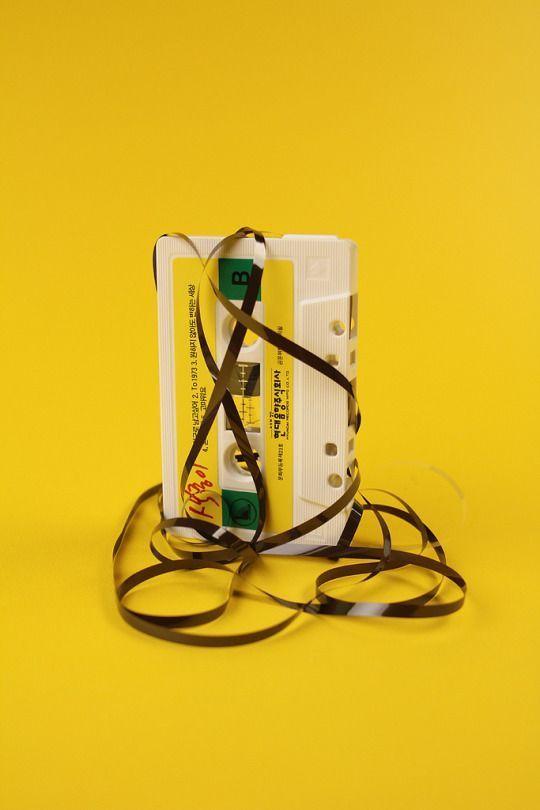 Gelbe Kassette vor gelbem Hintergrund #gelb #yello…