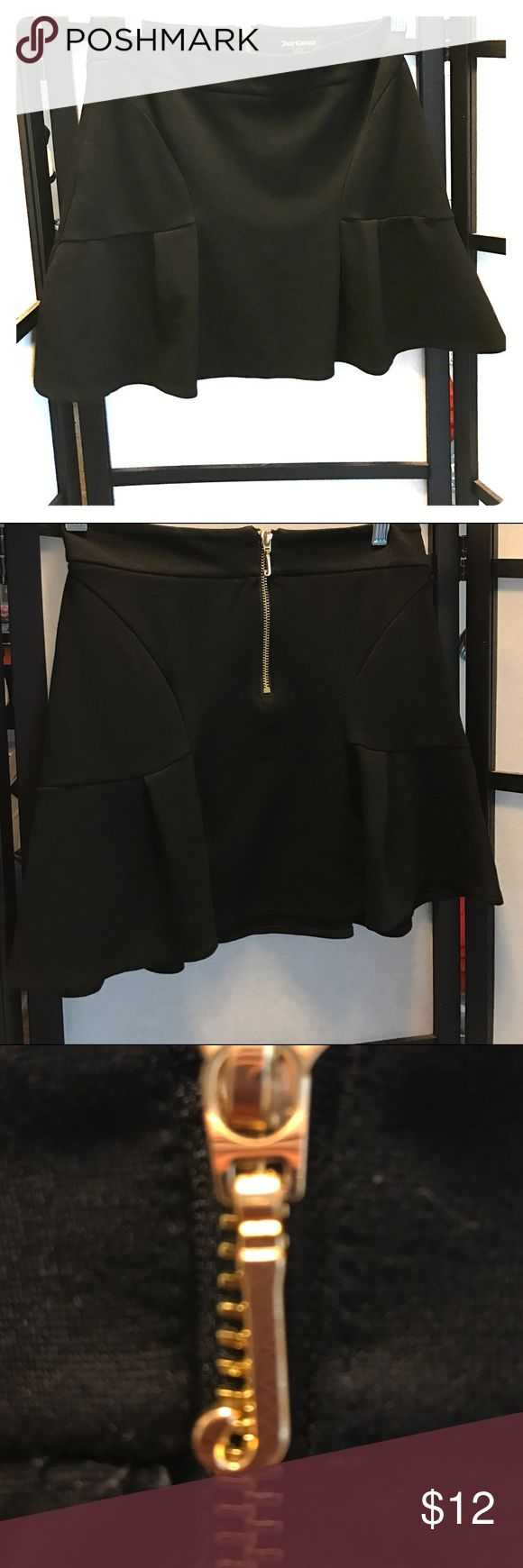 Juicy skirt EUC, zipper in back, Cotton/Polyester blend, size 2. BUNDLE this with one or more item(s) to take advantage of my 20% percent 💰DISCOUNT💰🎉! Juicy Couture Skirts