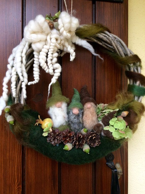 Wreath / garland to hang on the door. Adorned with three dwarfs, 3 mushrooms in carded wool. The bow is made with fairy wool and carded with water and soap. I added natural elements that will dry up as: a small pomegranate, the hydrangea flowers, acorns and pine cones. The result is magical! Bring a my creation at home is to bring a bit of nature, magic and fairy tale ... These wreath are unique, I can do it again but it will always be different from the original because it made at the time…