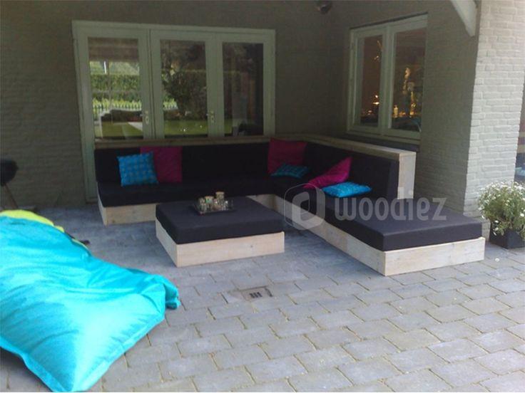 WOODIEZ | Toe aan iets anders? Deze unieke steigerhouten loungebank geeft net die extra touch aan jouw tuin! #steigerhouten #hoekbank
