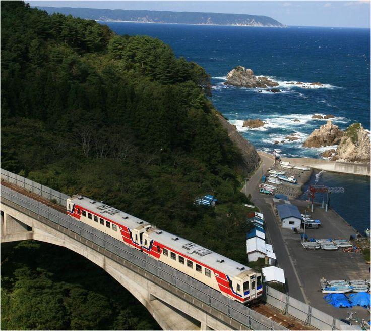 トラマあまちゃんで有名になった「三陸鉄道」   海沿いを走る三陸鉄道からの眺めは最高らしい   pic.twitter.com/sKYnHOexcK