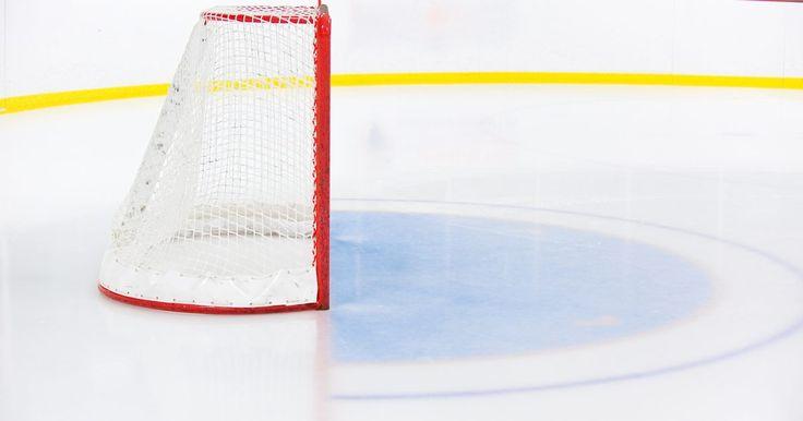 Como fazer uma pista de patinação no gelo no quintal. Patinação no gelo é um esporte de lazer de que toda a família pode desfrutar. O principal problema é que às vezes é difícil encontrar uma pista apropriada. E se você joga hóquei, sabe como é difícil encontrar tempo para treinar. A construção de uma pista de patinação no gelo é uma ótima maneira de ficar em forma, aprender a patinação artística ou ...