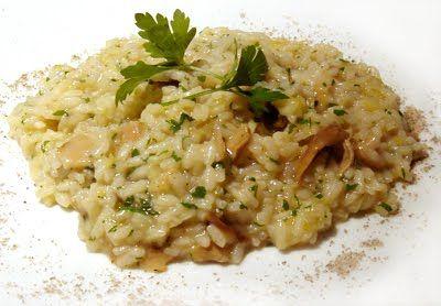 Ingredientes:  - 2 colheres (sopa) de margarina  - 1 colher (sopa) de azeite  - 2 dentes de alho amassados  - 1 cebola picada  - 2 xícaras (chá) de champignon em lâminas  - 1 xícara (chá) de arroz cru lavado  - 1 colher (sopa) de salsa picada  - 4 xícaras (chá) de água   - 2 cubos de caldo de galinha  - 1/2 xícara (chá) de vinho branco seco  - 1 colher (sopa) de queijo parmesão ralado