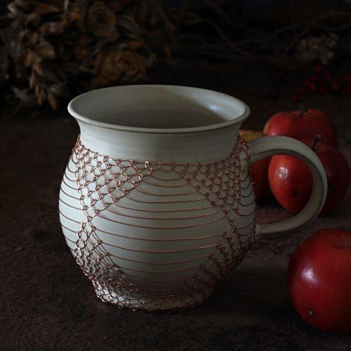 """Béžový drátovaný hrnek - keramika Ručně točený keramický hrnek """"buclák"""" jeodrátovaný měděným drátkem. Obsah je cca 0,6 l, výška 12 cm, šířka 11cm. Hrnek doporučuji vymývat ručně. Zasílám jako křehké zboží."""