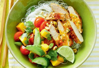 Bol de vermicelles au poulet thaï et salade de tomates et mangue