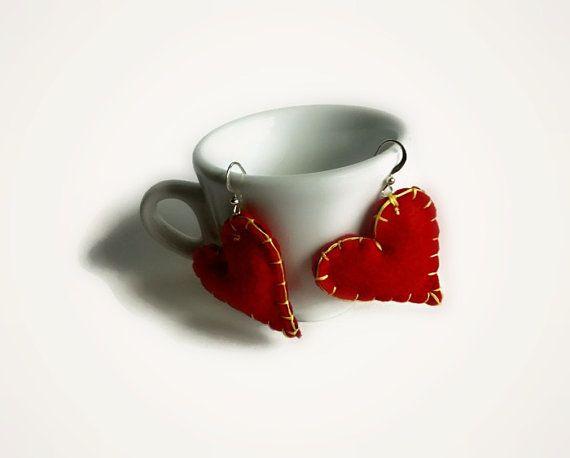 Orecchini cuore rosso in feltro di Buttonstyle su Etsy, €8.00