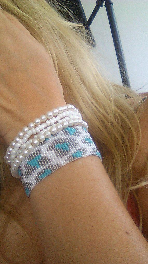 Handgeweven kralenarmbandje/Loom beaded bracelet door Suusjabeads, €30.00