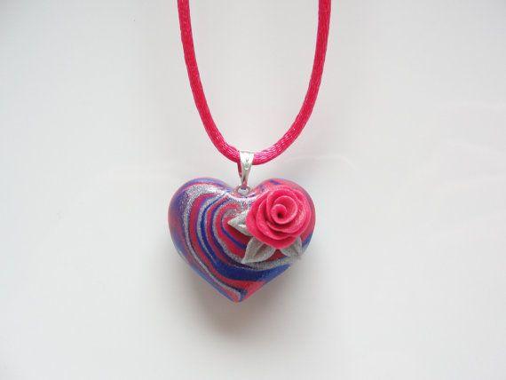 Collana cuore blu e rosa con rosa rosa a mano fatta da argilla polimerica
