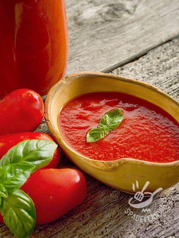 Tomato sauce - La Salsa di pomodoro è il sugo più utilizzato del Belpaese, e forse il più amato al mondo. Perfetta con pasta (spaghetti soprattutto), pizza e carne.