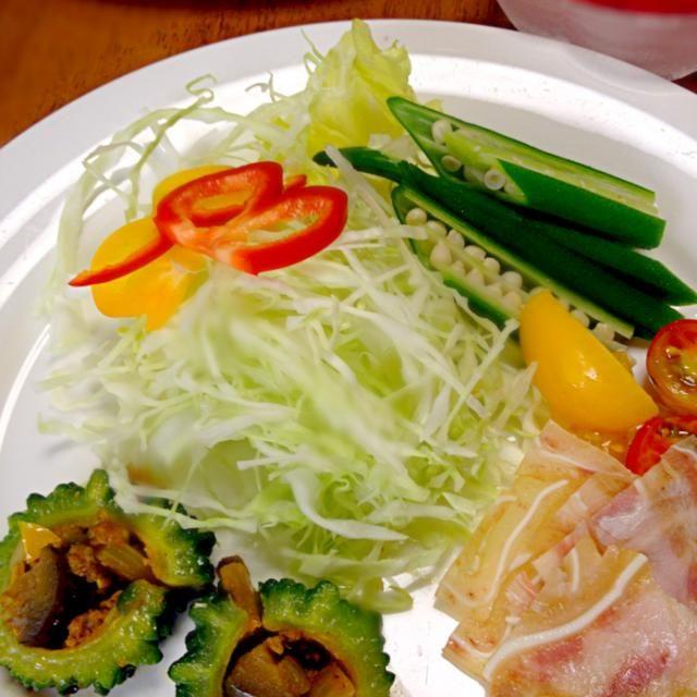 ゴーヤに昨日のガバオの具を詰めて焼いたのと、殿の帰省土産のミミガー。 - 37件のもぐもぐ - 生野菜とミミガー by mayuwo
