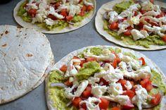Vegetarische quesadillas met avocado, mozzarella en tomaat