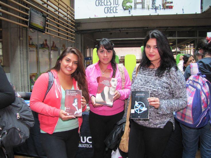 """Alumnas de Duoc UC en la exposición la exposición """"La Biblioteca sale a tu encuentro"""" en sede Alonso de Ovalle."""