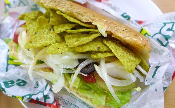 コイケヤのチップス「サブウェイ・えびアボガド味」をサブウェイに挟むと激ウマ! マジウマ!! 新食感のサンドイッチになっちゃった