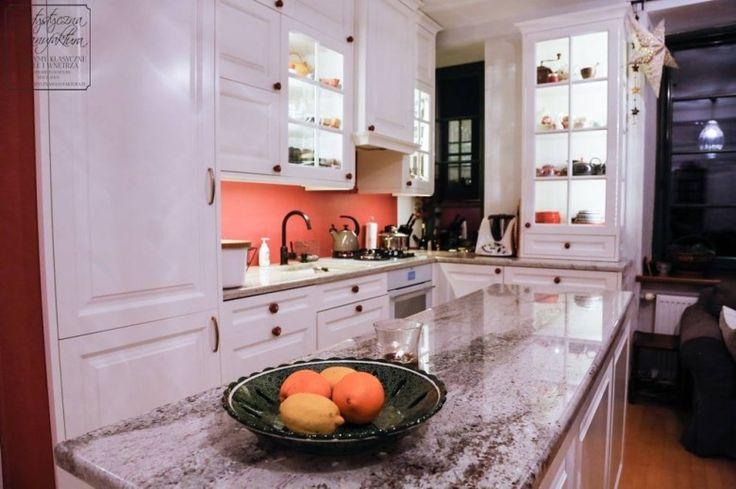 mała wyspa w klasycznej kuchni, biała klasyczna kuchnia, small island in traditional kitchen, white custom kitchen cabinets - wykonanie Artystyczna Manufaktura