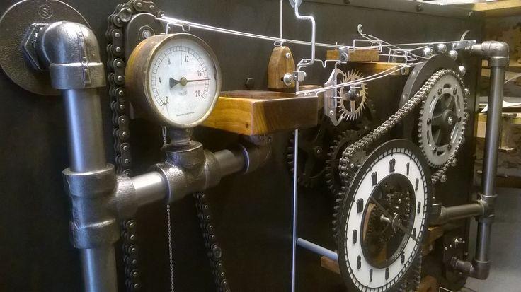 """Escultura cinética en forma de reloj. """"Macho Plomer"""" Es la cuarta generación de la seria Macho Imanes, inercia, gravedad, palancas engranajes, todo en movimiento preciso, indispensable para contar el tiempo."""