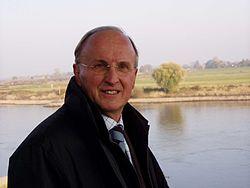 Harry van Roekel -Bij de gemeente Rijssen trad hij in 1970 in dienst als gemeentesecretaris, daarnaast werd hij in 1974 lid van Provinciale Staten van Overijssel. In 1978 werd hij door zijn partij het CDA voorgedragen als lijsttrekker voor de provinciale verkiezingen, waarna hij gedeputeerde werd met de portefeuille financiën. In 1988 nam hij afscheid als gedeputeerde om burgemeester van de Gemeente Almelo te worden. Hij werd daarbij benoemd tot Ridder in de Orde van de Nederlandse Leeuw.