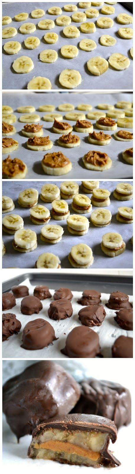 Mini sandwichs de rodajas de plátano con crema de maní cubiertas con delicioso chocolate.