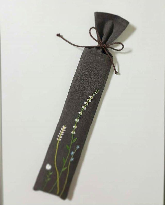 캘리그라피 붓집.. 붓과 연적을 넣을 수 있는 붓집.. #맘에든다니다행입니당 은근거절하길 바란 나ㅋㅋ사심가득^^;; #프랑스자수 #캘리그라피 #붓집 #손자수#embroidery #handmade #handembroidery #자수스타그램 #자수타그램