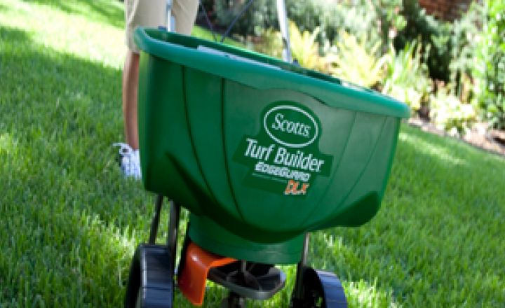 When to Feed for a Greener Lawn - Scotts
