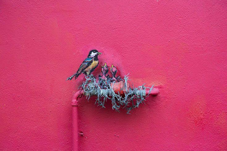 Ernest Zacharevic crée des oeuvres qui jouent avec des éléments de l'environnement urbain.