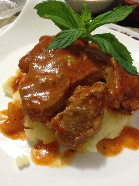 Ben mutfağımda düdüklü tencere çok kullanırım ama hiç soslu biftek pişirirken kullanmamıştım. harika oldu lokum gibi pişti.Bu yemek davet so...