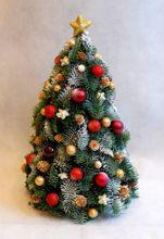 Malutka Choinka Na Biurko Do Pracy Restauracji Christmas Floral Christmas Decorations Flower Arrangements