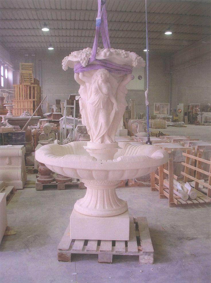 Fontana ad un piatto in pietra bianca - http://test.achillegrassi.com/project/fontana-ad-un-piatto-in-pietra-bianca/ - Splendida realizzazione di fontana a un piatto in Pietra bianca del Palladio, completa di basamento di appoggio sagomato ed elemento superiore costituito da tre sculture di donna che sorreggono un cesto di frutta. Dimensioni:  ∅155cm x 250cm (H)