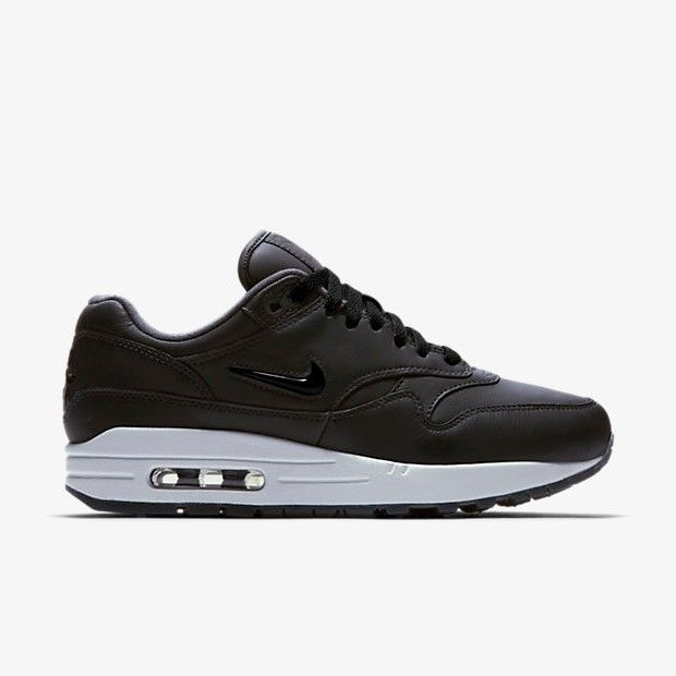 Release des Nike Air Max 1 Premium SC Jewel Anthracite ist am 16.12.2017. Bei 99Kicks.com erfährst du alle weiteren News zum Release. #nike #airmax #nikeairmax #nikeair #follow4follow #TagsForLikes #photooftheday #fashion #style #stylish #ootd #outfitoftheday #lookoftheday #fashiongram #shoes #kicks #sneakerheads #solecollector #soleonfire #nicekicks