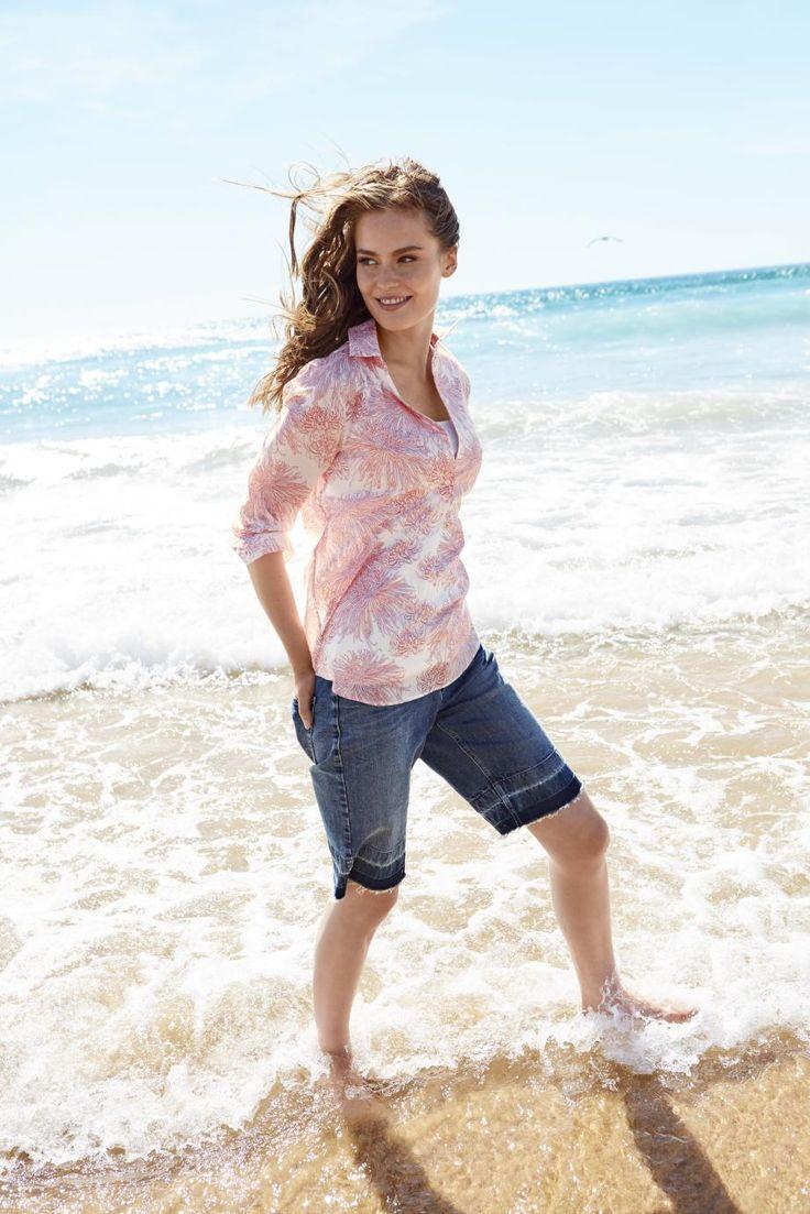 Endlich mit nackten Füßen über den Strand laufen, weiße