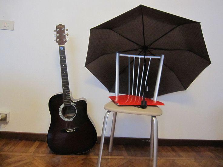 composizione con chitarra e ombrello