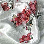 """Шелк. Батик. Платок выполнен в технике батик, свободная роспись на белом фактурном шелке. Платок написан специальными красками по ткани """"Явана"""", которые не """"утяжеляют"""" ткань, оставляя поверхность шелка нежной, мягкой и блестящей."""