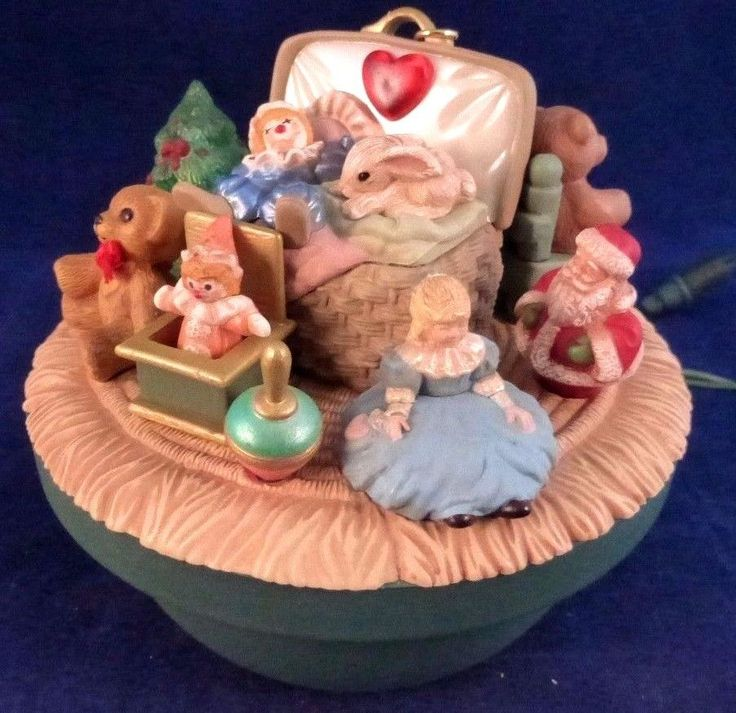 Hallmark 1995 VICTORIAN TOY BOX Keepsake Ornament Magic Light, Motion & Music