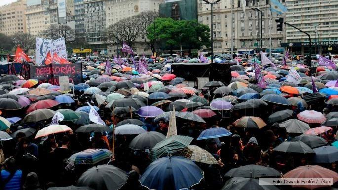 Una multitud vestida de negro marcha desde el Obelisco a Plaza de Mayo - Télam - Agencia Nacional de Noticias