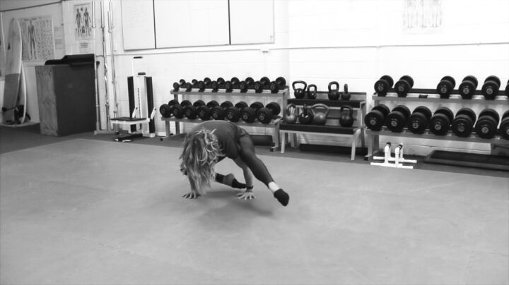 Weekend Challenge! Hover your feet off the ground to move your torso to the opposite side and repeat on the other side. . . just watch video, hard to describe the technique when there is none and I am clearly going to be surpassed in skill levels here 👊 Tag @sydneystrengthconditioning so I can learn how to do this pointless movement better!  #sydneystrengthconditioning #fornoreason 🎶bensound
