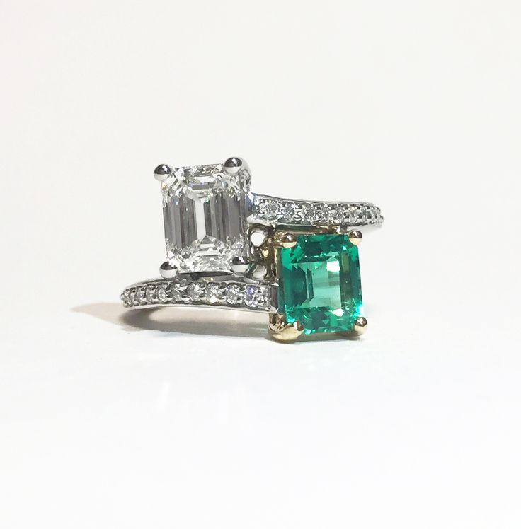 Questo anello presenta uno smeraldo incastonato nell'oro giallo, che ne risalta il colore meraviglioso. Notate che il diamante bianco è incastonato nel platino per valorizzarne la luminosità: un esempio perfetto di anelli di fidanzamento con metalli diversi che fanno risaltare alla perfezione i colori e le tonalità delle pietre preziose.
