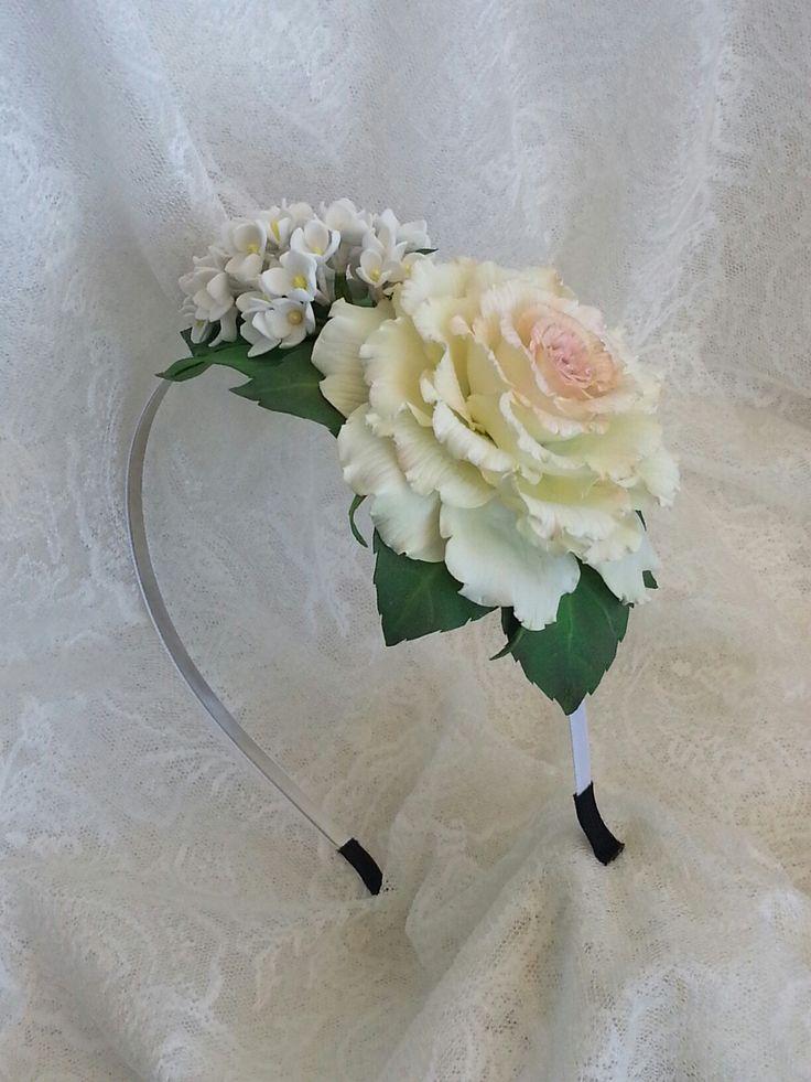 Ободок с нежной розой и веточкой белой сирени из фоамирана