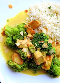Hier habe ich mal wieder ein All-in-One Gericht für Euch.  Pute in einer Currysauce, mit knackigem Brokkoli, begleitet von Reis und Mandeln...