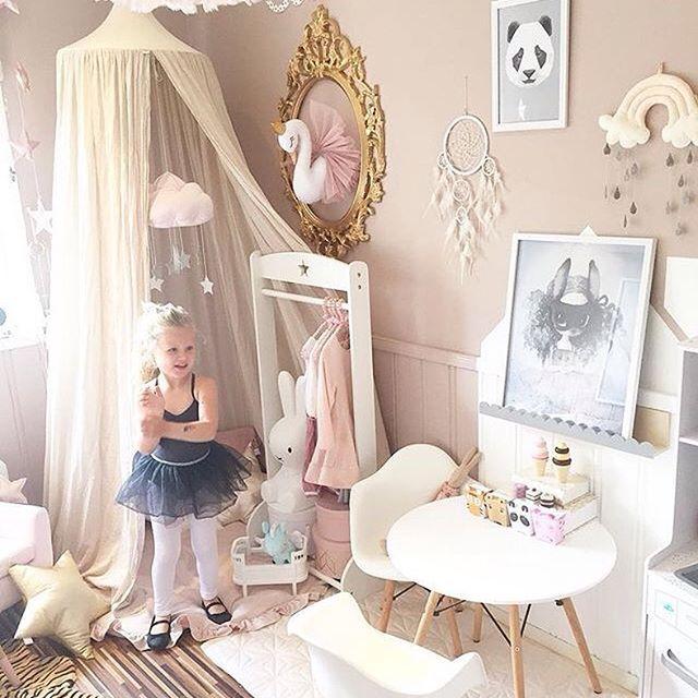 Et ekte prinsesserom hos superflinke @sukkerdrom Pandaplakaten vår passer perfekt inn her#lillesotnos #kidsroom #panda #poster #posters #posterart #wallart #kidsfashion #kidsinterior #kidsroominspo #kidsroomdecor #jenterom #barneplakat #barnerom #barnerominspo #barneromsinteriør #epla #eplano #eplabutikk