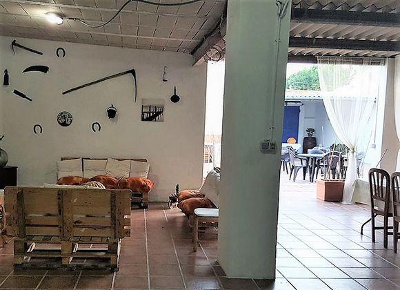 TARRAGONA, POBLE NOU DEL DELTA. Casa Rural La Llar. Son 2 alojamientos (La Llar 1 con 5 dormitorios y La Llar 2 con 6), se pueden alquilar juntos o separados. Cuentan con 5 baños, salón con sofá cama, azotea con solárium y terraza, mesas, sillas y barbacoa. Situada en un entorno mágico a 4 km de la #PlayaDelTrabucador y junto al #ParqueNaturalDelDelta del Ebro. Es un lugar ideal para realizar senderismo, #RutasEnBicicleta, a caballo, en barco, #kayacs o #buceo. #CasaGruposenTarragona